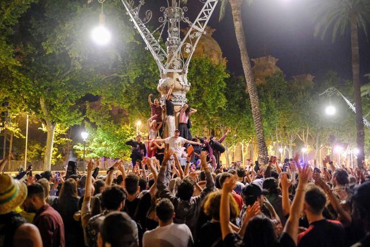 De Spaanse regering heeft de noodtoestand in verband met de coronapandemie beëindigd. Voor deze inwoners van Barcelona was het reden voor een straatfeest.  Beeld REUTERS