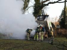 Hovenierswagen vliegt plots in brand in Soest