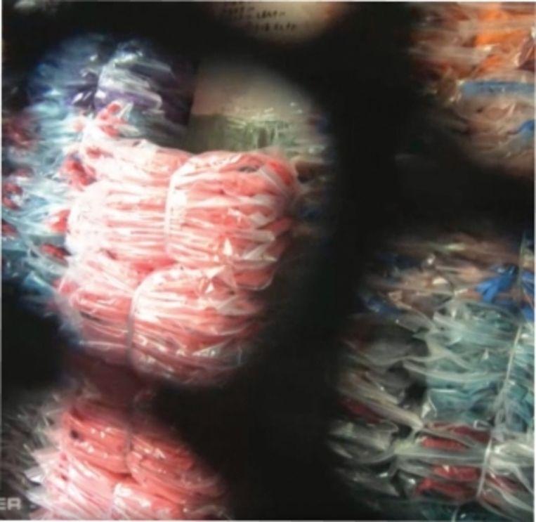 'In de opslagruimte liggen duizenden rugzakken, per tien verpakt en op kleur gesorteerd. Gele, groene, rode en bontgekleurde stapels. Ze reiken bijna tot aan het plafond. Als we er meer dan duizend kopen, is de prijs 4 euro per stuk.' Beeld