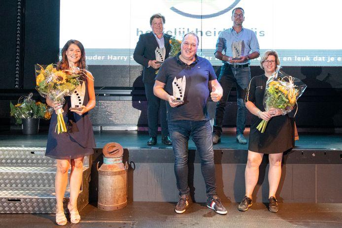 Groepsfoto van de winnaars van de Hoffelijkeidsdsprijzen  in Hof van Twente