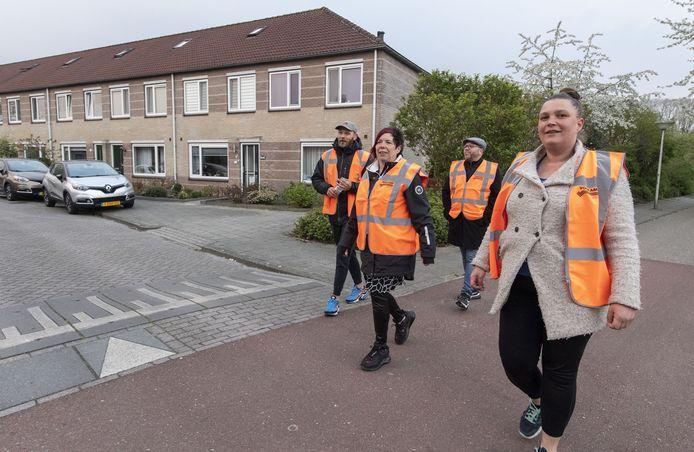 De nieuwe wijkwachters liepen afgelopen weekend hun eerste ronde door de Helmerhoek.