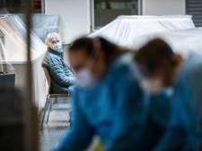 Apeldoornse organisatie zorgt - in beschermende kleding - dat coronapatiënten niet in eenzaamheid hoeven te sterven
