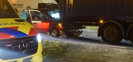 Auto knalt op vrachtwagen bij Balkbrug: vrouw gewond