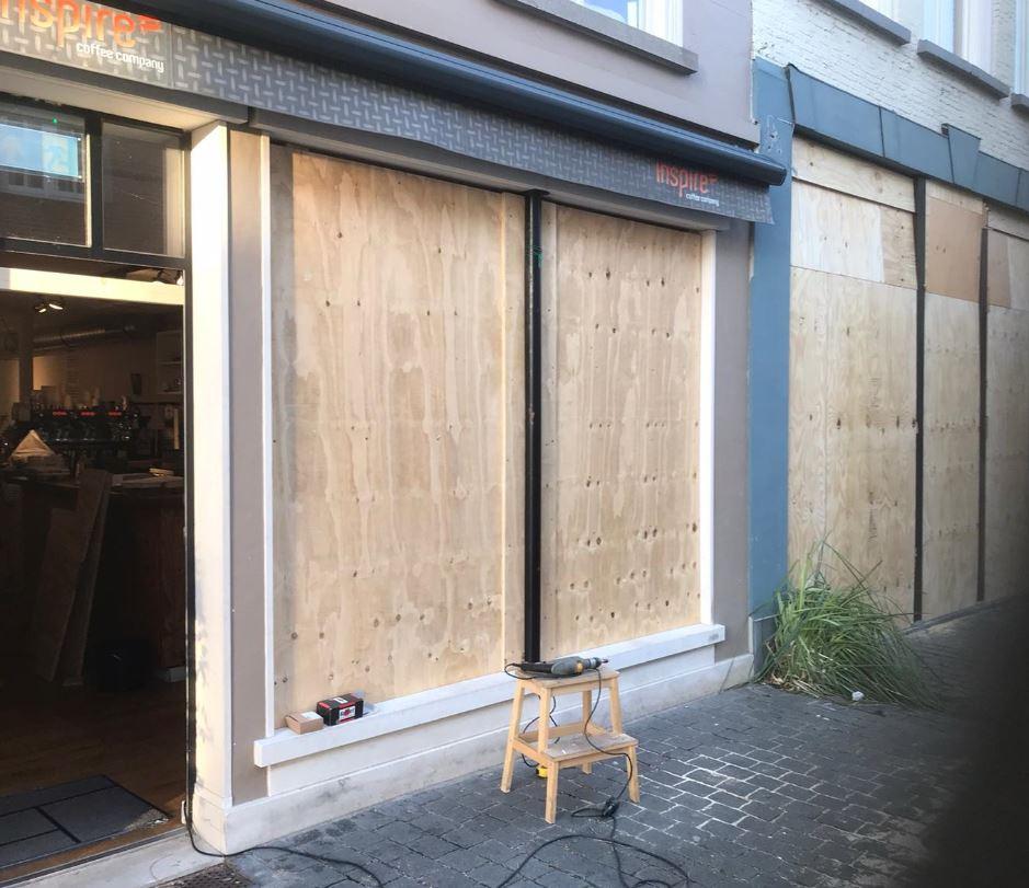 Inspire Coffee Company en kledingzaak Jess & Lou zijn dinsdag tegen 16.30 uur helemaal dichtgetimmerd.