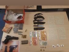 Man (21) aangehouden na vondst 386 xtc-pillen, coke, vuurwapen en messen in woning Hippolytushoef