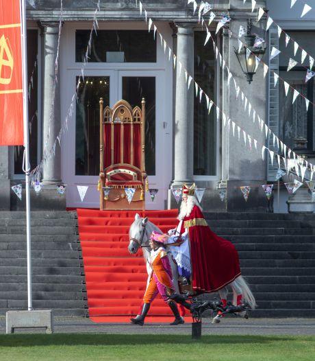 Sinterklaas gearriveerd bij 'Grote Pietenhuis' in Baarn