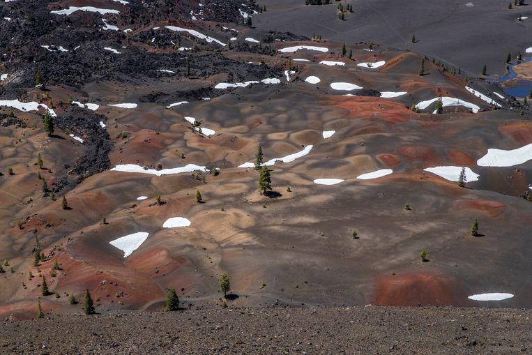 Mount Lassen en de 'Painted Dunes' vanaf Cinder Cone.  Beeld Jonathan Vandevoorde