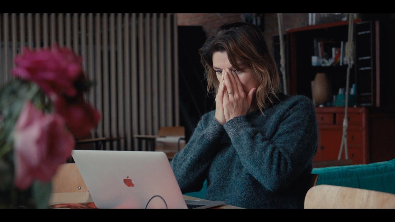 In 'Help, mijn borsten staan online' duikt Evi Hanssen onder in de wereld van de grooming, catfishing, sexting en sextortion.   Beeld VIER