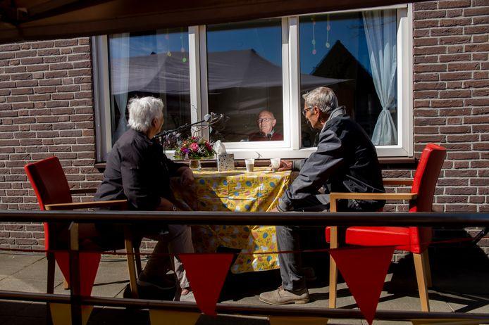 Bij dit verpleeghuis kunnen ouderen elkaar spreken achter een raam.