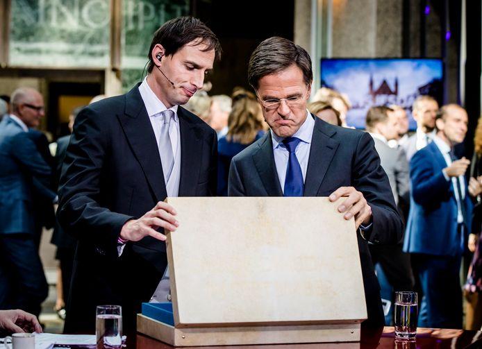 Minister Wopke Hoekstra van Financiën en premier Mark Rutte inspecteren het beroemde koffertje op Prinsjesdag.