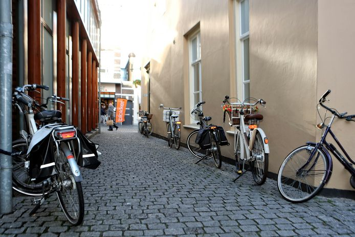 Fietsers krijgen ruim baan in de Bergse binnenstad, nu staan de fietsen overal in de binnenstad tegen een gevel of muur geplaatst