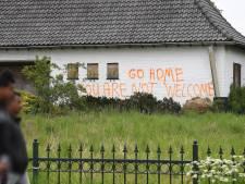 Verlaten boerderij Stevensbeek beklad met boodschappen aan asielzoekers, mogelijk komt er cameratoezicht