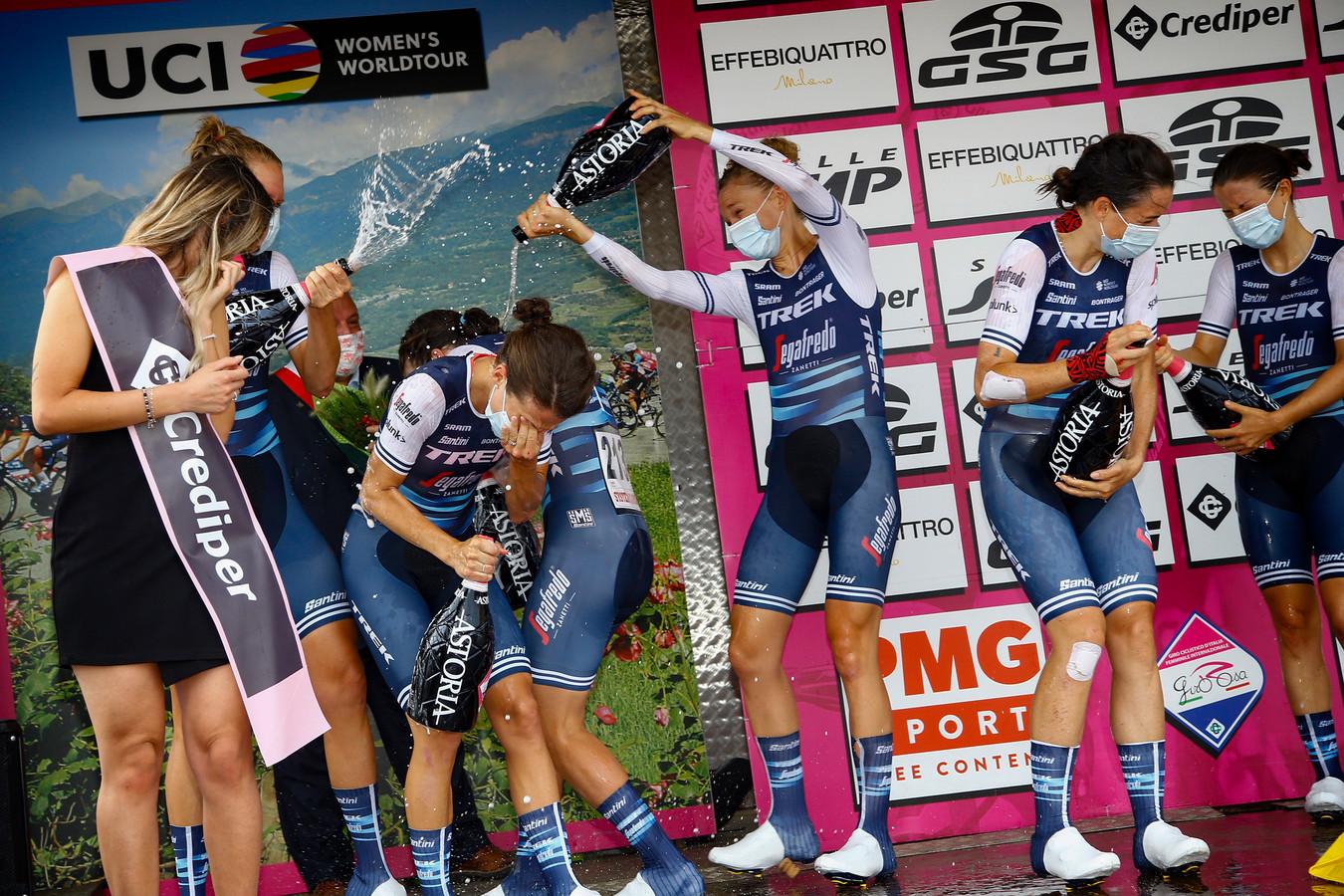 Feest bij Trek-Segafredo na het winnen van de tijdrit.