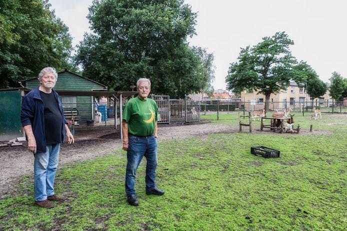 Frans Donkers en Anton - 'Toontje' - van Dorst bij de dierenweide.