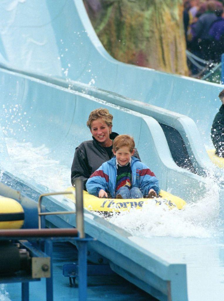 Diana en Harry hebben samen veel lol in een attractie in een pretpark. Beeld UK Press via Getty Images