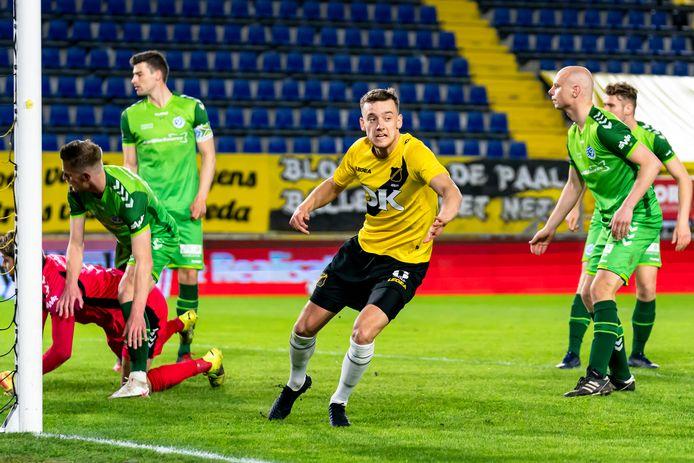 Het onheil tekent zich al af voor De Graafschap: Colin Rösler zet NAC op een 2-1 voorsprong.