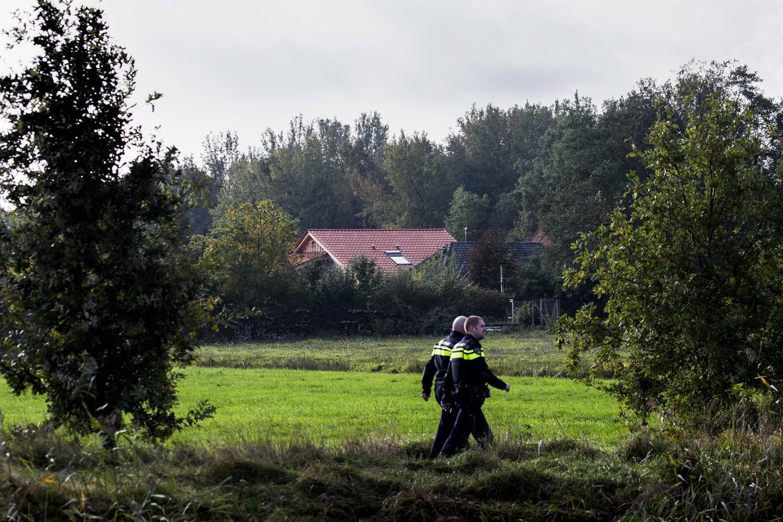 De politie doet onderzoek bij de boerderij waar dinsdag de familie werd gevonden.