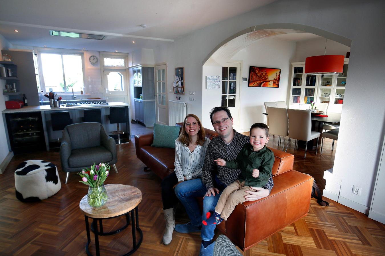 De familie Gilissen: Connie (35), Pieter (39) en hun zoon Hugo (3) in de woonkamer.