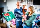 Michel (31) en Cynthia Mensink (30) met 'snelwegbaby' Vivienne (0) en de 2-jarige Emmelie.