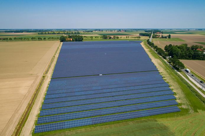 Veertien hectare grote zonnepark bij Emmeloord.  De 43.500 zonnepanelen zijn goed voor ongeveer 12,5 MW aan stroom per jaar.