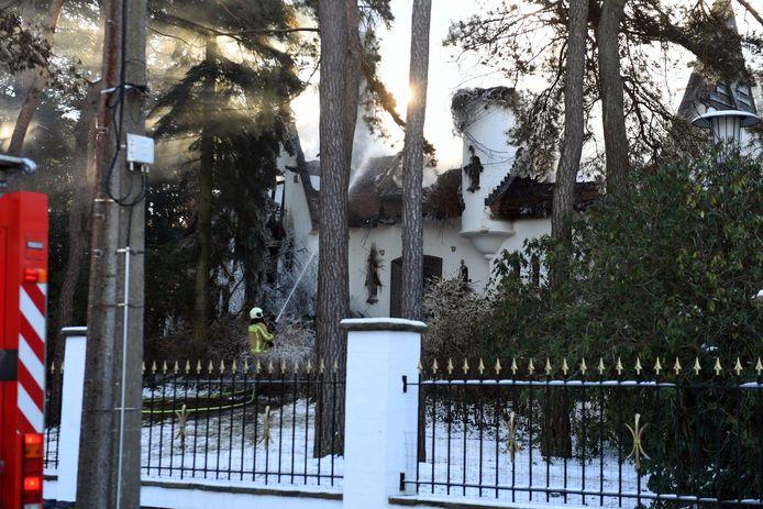 Omdat de villa een rieten dak heeft, kon het vuur zich razendsnel verspreiden.