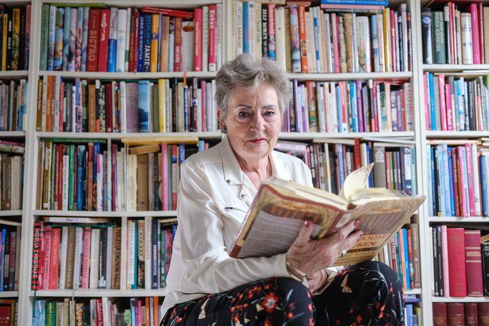 Victoria Jacobs met haar verzameling kookboeken.