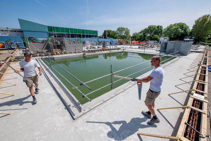 Het zwembad in aanbouw.
