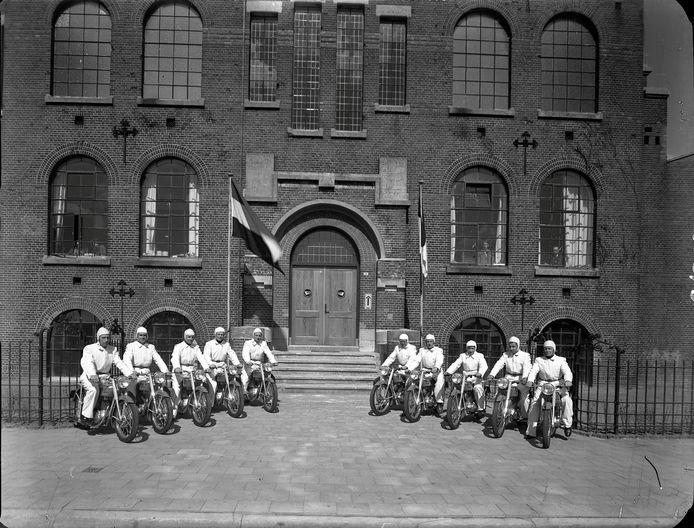 Medewerkers van de Kaptein-fabriek poseren in 1949 trots met de eerste Motobécane Poney's die daar van de band rolden. Ze staan voor de fabriek aan de Nieuwe Kade. (© Foto Renes, Gelders Archief nr. 1501 - 2530, CC-BY-4.0 licentie).