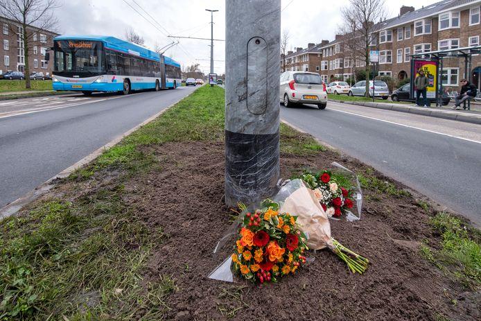 Bloemen op de plek waar de 21-jarige Paco Geutjes vorig jaar verongelukte in Arnhem.