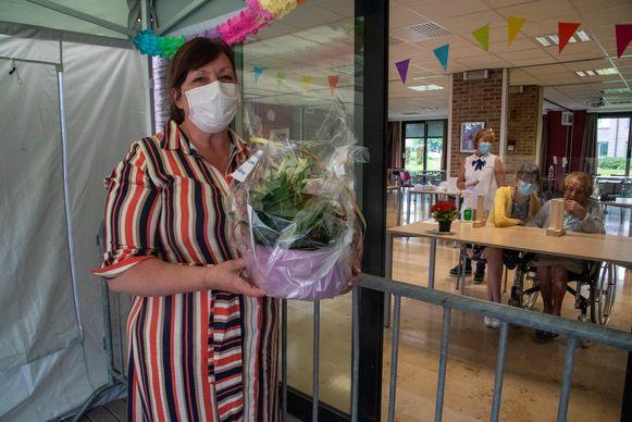 Helga Persijn ziet haar mama Yvonne Van Brussel (93) voor het eerst in twee maanden terug.