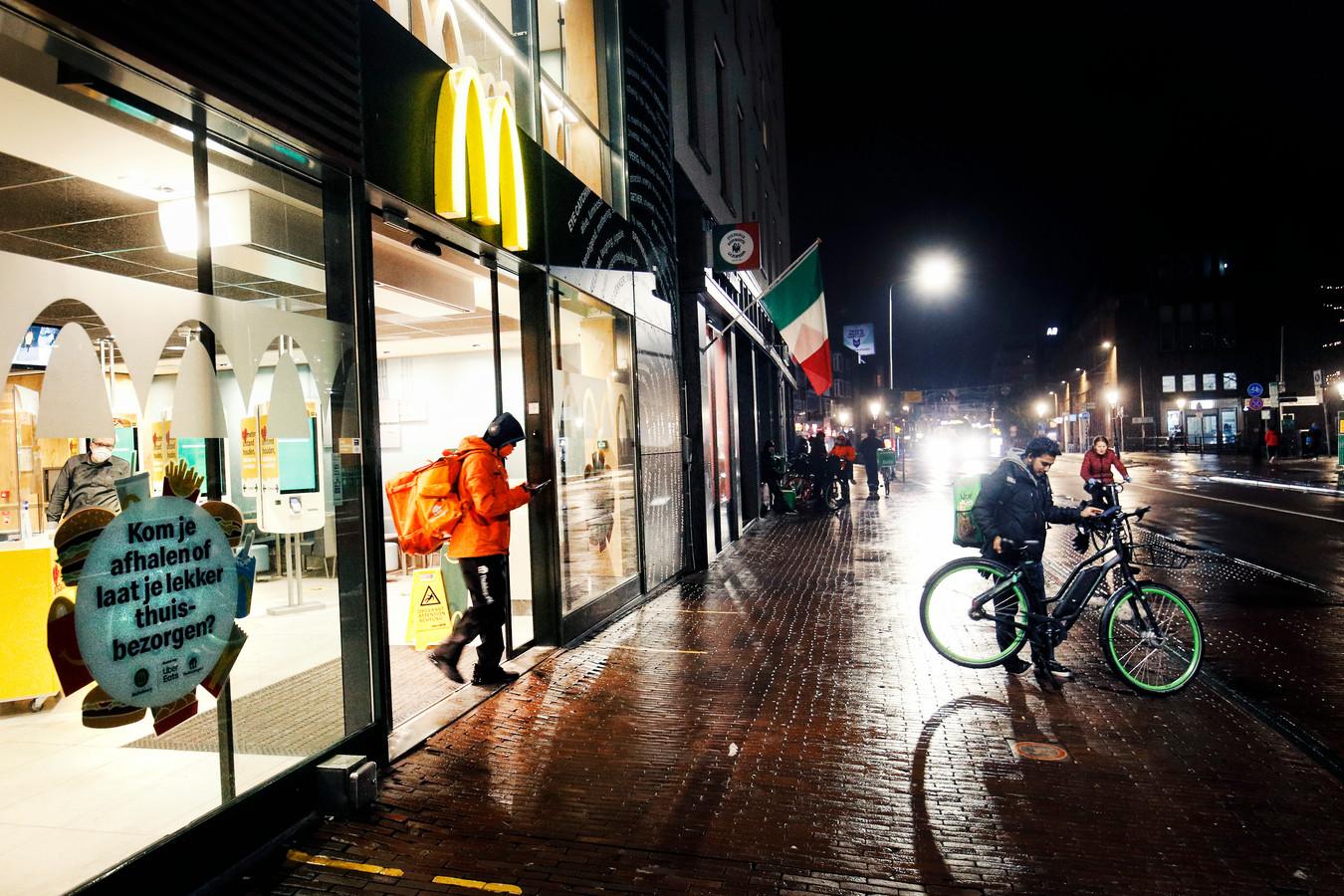 Even na 21.00 uur is het beeld in de Lange Viestraat niet anders dan in de afgelopen weken. De straat is het domein van maaltijdbezorgers.