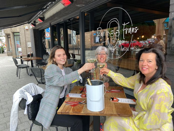 Jade, Christiane en Priscilla klinken met een cava op de heropening van de terrassen