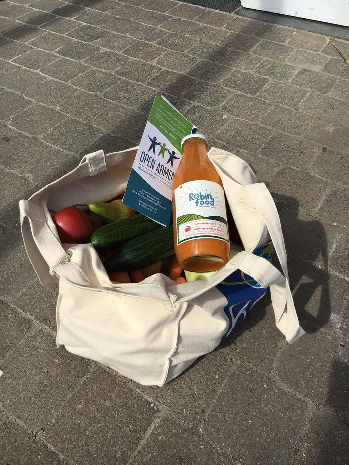 Omdat de situatie er niet op verbetert, slaan lokale armoedeorganisaties vzw Open Armen, Samenlevingsopbouw Riso Vlaams-Brabant, vzw Zennedal-Ommekaar en buurtwerk Halle van vzw Groep INTRO de handen in mekaar om nu vrijdag driehonderd gezinnen een voedselpakket aan te bieden.