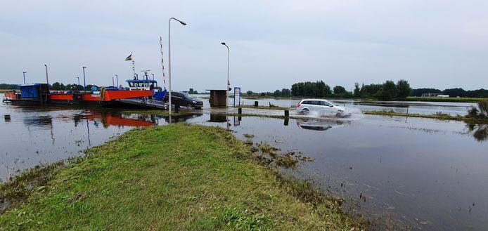 Hoog water, pontje Wijhe Veessen