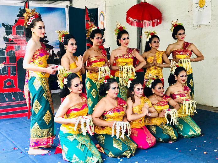 De dansgroep van Wahyu.