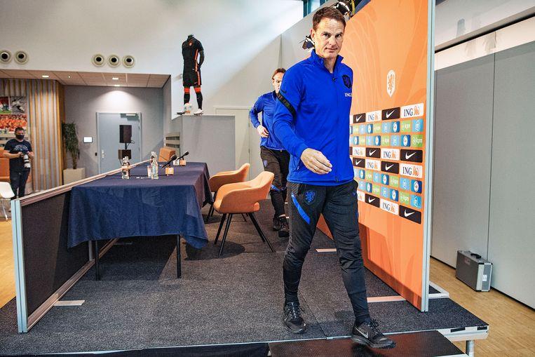 Frank de Boer verlaat de persconferentie waarin hij zijn definitieve selectie bekendmaakte voor het EK. Beeld Guus Dubbelman / de Volkskrant