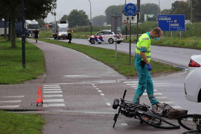Auto botst tegen fietser aan op de Altenaweg Waalwijk.