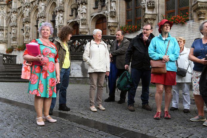 Stadsgids Lucie Mertens staat bekend voor haar kleurrijke outfits tijdens haar rondleidingen.