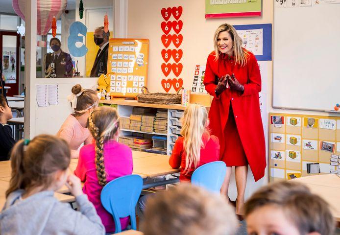 Koningin Máxima tijdens een werkbezoek aan de christelijke basisschool Sabina van Egmond. Zij bezoekt de school om met leraren, leerlingen en enkele ouders te praten over de effecten van de coronapandemie en de lockdown op het basisonderwijs.