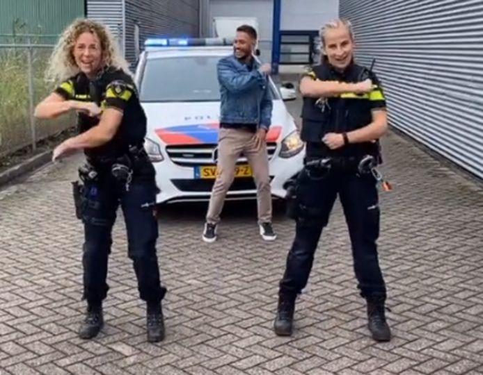 De agenten met Rolf Sanchez.