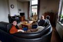 Wout (55) en Ellen (52) de Jong in de woonkamer van hun woning pal naast de Pinkeveerse brug aan de Slingelandseweg in Giessenburg.