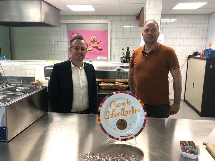 Arjan van der Wart, directeur onderwijs van het Minkema, en cateraar Frans van Hall bij de gouden Schoolkantine Schaal.