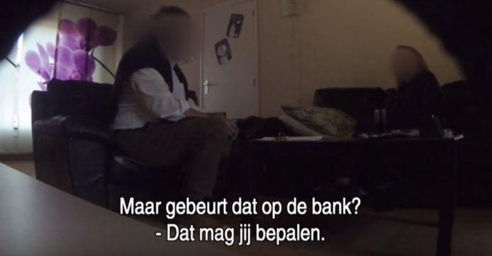 De deurwaarder in actie in het programma van de Nederlandse undercoverjournalist Alberto Stegeman.