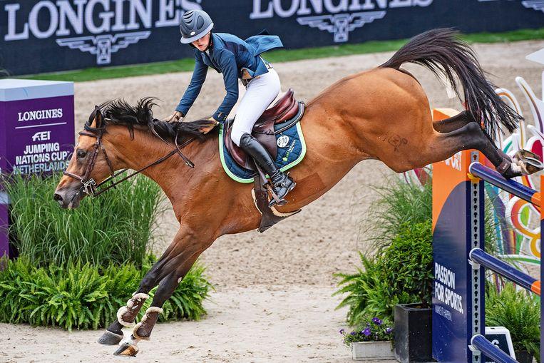 Sanne Thijssen neemt een hindernis op haar paard Con Quidam. Beeld Guus Dubbelman / de Volkskrant