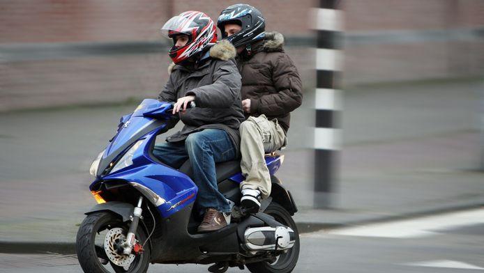 In Delft neemt de ergernis toe over scooterrijders die het niet zo nauw nemen met de verkeersregels.
