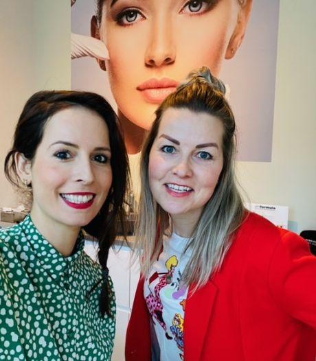 Skinfluencers Esther en Mayke op puntje van hun stoel bij persfoncerentie Rutte: 'Hopelijk mogen we weer want het geld is op'