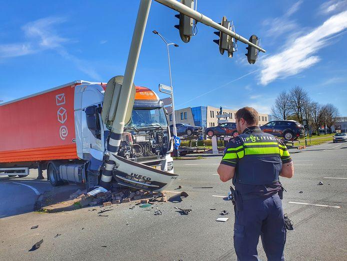De vrachtwagen en het stoplicht na de botsing.