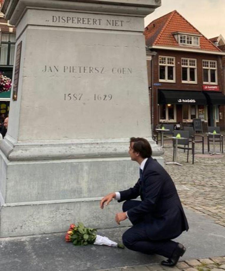 Thierry Baudet ging bloemen leggen bij het standbeeld van J.P. Coen, waarbij vooral de vraag is wat historicus Derk Jan Eppink daarvan denkt. Beeld Twitter