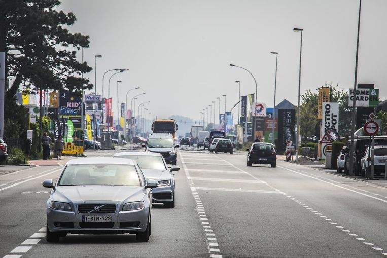 De Torhoutsesteenweg, een drukke straat met nu al heel wat baanwinkels.