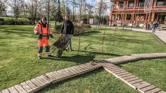 Jan Fieuw en Wout Dedrie zijn bezig aan de opbouw van 'Faces of War' in de tuin van het Memorial Museum Passchendaele 1917.